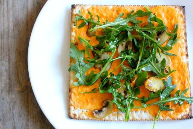 roasted red pepper and arugula flatbread pizza